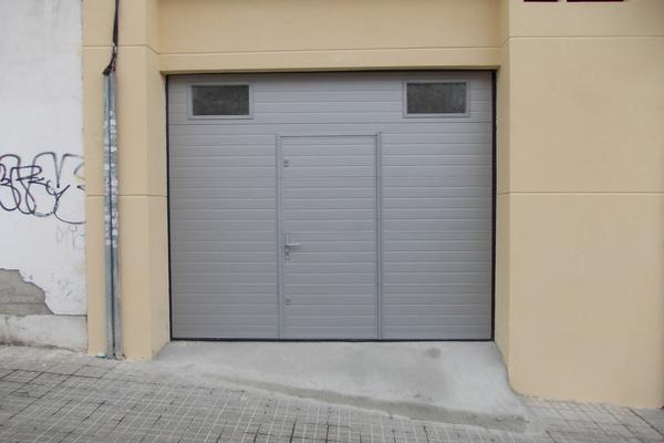 Puertas de garaje seccionales con puerta peatonal